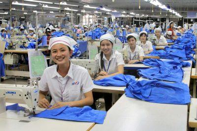 Quy trình thiết kế và sản xuất hàng may mặc qua các công đoạn